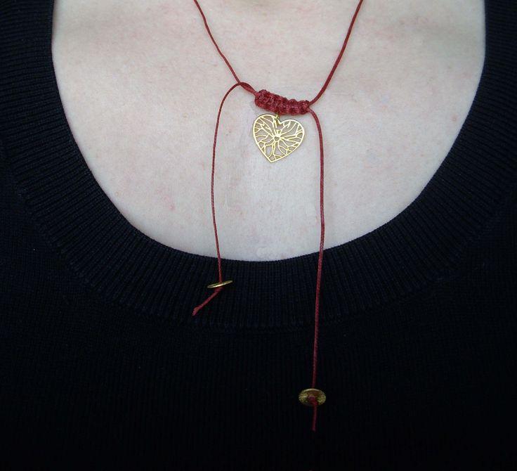 Κολιέ με κορδόνι και ασημένια 925ο επιχρυσωμένα διακοσμητικά στοιχεία. Μπορείτε να επιλέξετε ό,τι χρώμα κορδονιού θέλετε. Necklace with wax cord and silver 925ο gold plated charms. Τιμή: 13 € Κωδικός: 06025/1