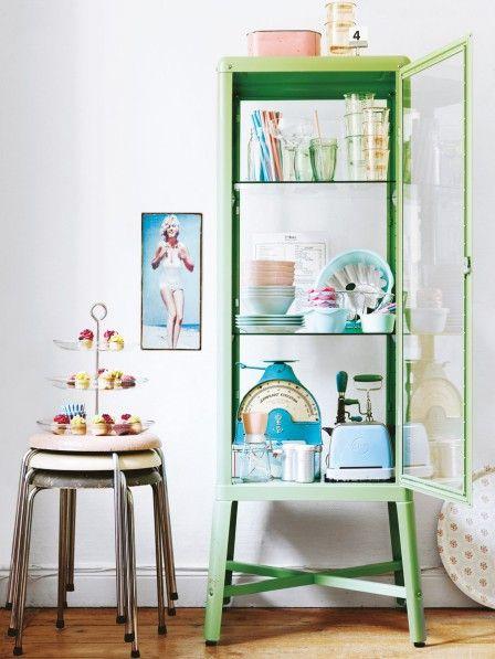 Hinter Glas oder in offenen Sideboards können Lieblingsstücke auf mehreren Ebenen ausgestellt werden.