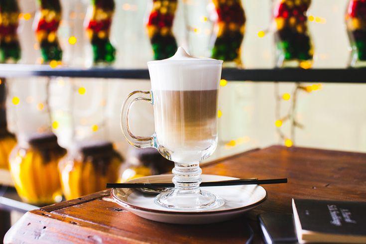 Горячий кофе с молоком – идеальный согревающий напиток для холодного времени года, но что делать, если вы хотите сократить количество кофеина в рационе? Или, скажем, вообще его не употребляете? На помощь придёт очень простой и в то же время гениальный рецепт латте от сети ресторанов Ceretto с цикорием вместо кофе. Приготовить его можно на любом растительном молоке.