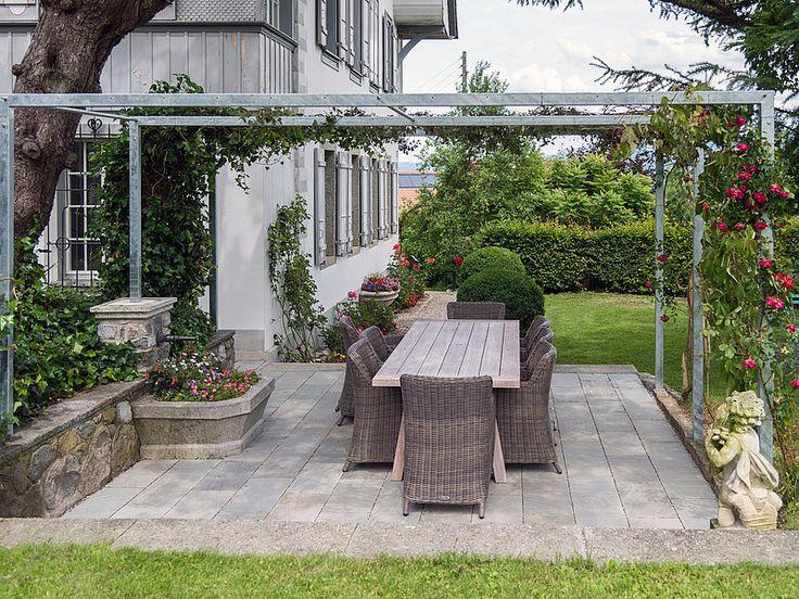 Salle à manger de jardin en bois sur la terrasse Kandla Grey en grès