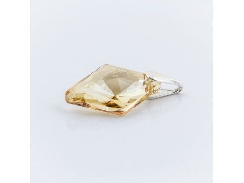 ZAWIESZKA SWAROVSKI RHOMBUS 27MM GOLDEN SHADOW SREBRO 925 - W1289 Materiał: Srebro 925 + kryształ Swarovski Elements Kolor: Golden Shadow Rozmiar kamienia: 27.0mm Wysokość całej zawieszki: 34,0mm Waga srebra: 0,6g ( 1szt ) Waga całej zawieszki: 4,3g ( 1szt)