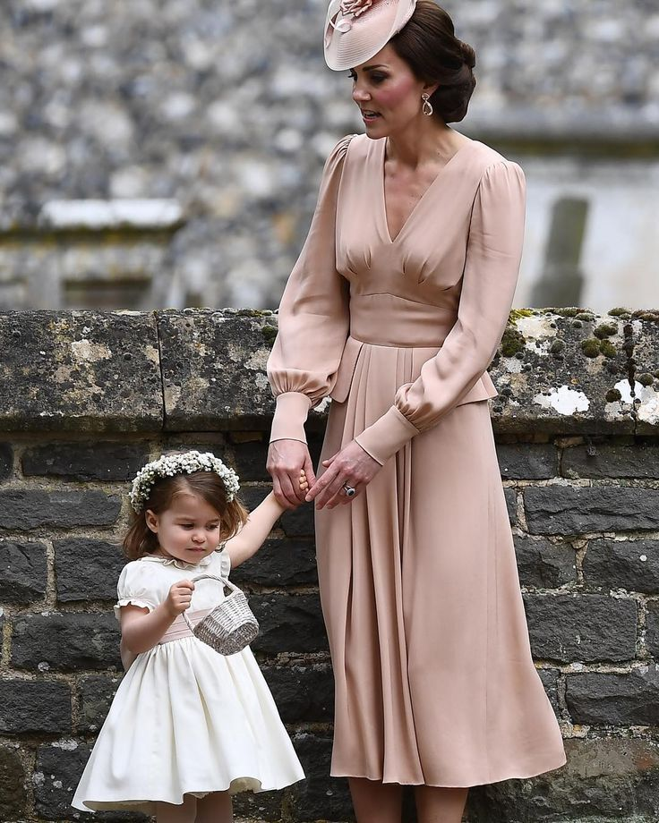 Officially wedded!!!Beautiful Kate and Charlotte!!!!!!!!!Amazing style!!!!Congratulations to the wonderful couple! Was it worth covering spending in Saturday night in to cover this the answer is always a YES!!!!!#weloveweddings#weddedwonderland#Repost#lelelelele#realsimple #pippamiddleton #royalwedding #afp #reutersphotos #reuters #katemiddleton #william @weddedwonderland#Félicitations!!!!!!!!!!Ce 20 mai à Englefield à l'ouest de Londres a eu lieu votre sublime mariage !!!!!!!On vous…