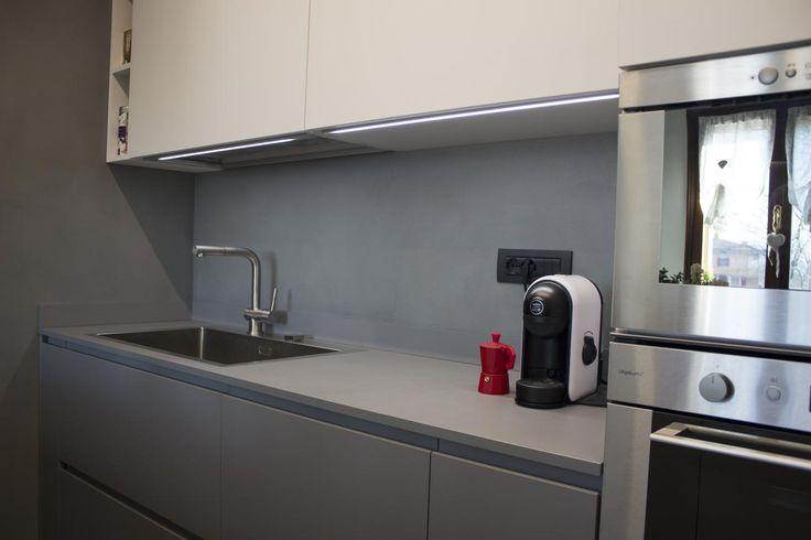 Cucina in laminato bianco e piombo, lineare, con top in quarzo grigio, dello  Lavello a due vasche, rubinetteria, forni tradizionale e microonde e frigorifero in acciaio