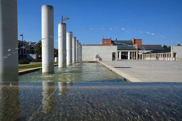 Piazza di Borgoricco: Museo Centuriazione, Municipio, Centro civico e teatro su progetto di Aldo Rossi