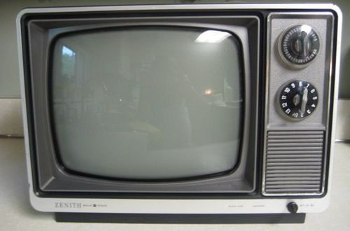 Zwart/wit tv, let op de knoppen en....geen afstandbediening!