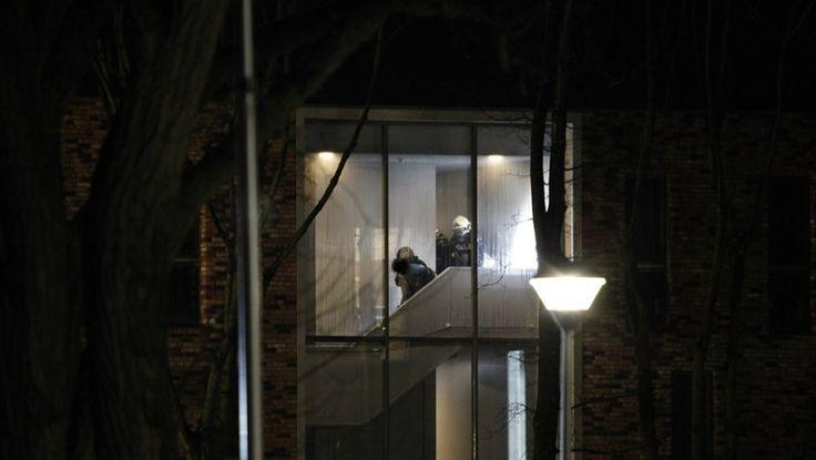 VELP - Bij het asielzoekerscentrum Grave aan het Intendanceplantsoen in Velp is zondagavond rond zeven uur brand uitgebroken. Een arrestatieteam heeft een man aangehouden die vanuit uit het gebouw spullen naar de hulpdiensten gooide.