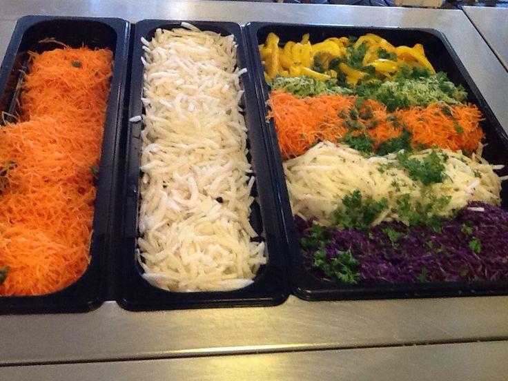 Elokuu: Salaattipöytä koulun opiskelijaravintolassa.