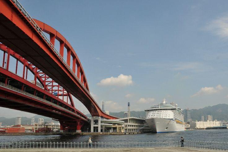 【兵庫県 神戸大橋】神戸の中心地三宮とポートアイランドを結ぶ神戸大橋は、日本発のダブルデッキアーチ型鋼橋。橋の袂の北公園からは港と神戸の街並みや六甲山が一望できます。夜にはライトアップされ絶好の夜景観賞ポイントでもあり、又クルーズ客船撮影の好適地としても知られています。 #Hyogo_Japan #Setouchi