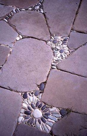 Fun patio idea for the cracks in between the stones on the pathway to door, I likey! 乱形石張りの隙間に丸平石を盾に敷き詰めて花の様な模様をあしらう。