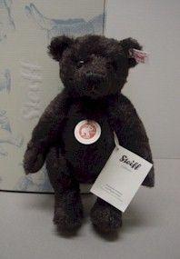 55PB誕生110周年記念として作られたテディベア。サイズは約半分になります。 当時の雰囲気を出すために、わずかにカールしたダームブラウンのモヘアを使用しています。 当時は鼻の光沢を出す為にワックスを使用していたのですが、このベアは鼻にロウを塗る事で当時の光沢を表現しています。  ■英語名: 110th Anniversary PB55 Teddy Bear ■サイズ:26cm ■製造国:ドイツ ■商品番号:036293 ■BOX: あり ■証明書:あり ■限定:1902体 ■発売年:2012