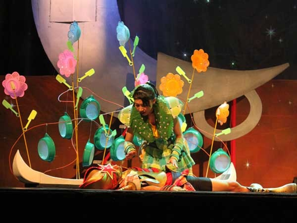 """Putri dan pangeran dalam """"Pangeran Bintang dan Putri Embun"""", Jogja Broadway."""
