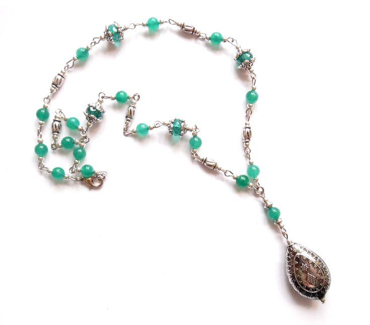 Halsband i silverplätering med pärlor av kristall och malaysian jade.  Längd: 50cm