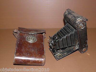 Le nom Kodak apparaît en 1888.En 1898 Kodak commercialise l'appareil photo de poche pliant (à soufflet accordéon), leFolding Pocket Kodakqui utilise un négatif de format 57 x 82. Le lanceme…