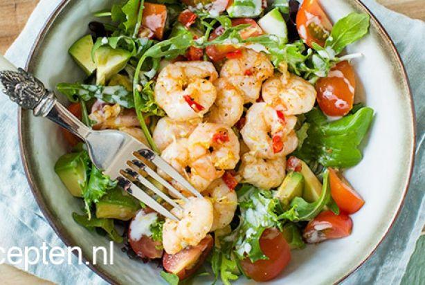 Zin in een lekkere salade? Deze salade met garnalen gebakken in rode peper en knoflook is zeker een aanrader! Heerlijk als voorgerechtje, maar ook super om als lunch te serveren. Gemakkelijk en snel om te maken, want deze salade staat namelijk al binnen 15 minuten op tafel. Besprenkel de salade voor het serveren met een frisse yoghurt-citroendressing en genieten maar.