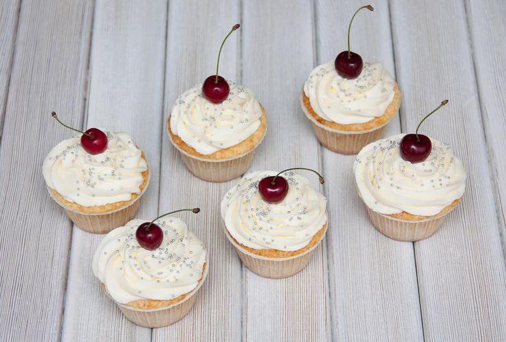 Když není žádný důvod k dortu a chcete něco sladkého vždy můžete objednat maloukrabičkukoláčky. Vanilkové košíčky plněné třešňovou marmeládou.  Когда нет повода для торта а хочется сладенького всегда можно заказать небольшой набор капкейков. Ванильные капкейки с начинкой из черешневого джема. #cupcakespodebrady #cupcakes#handmade #instabaking #tresen #happybirthday #narozeniny #pečení #cukroví #sweetcakes #czech #czechrepublic #podebrady #praha #nymburk #kolin #pardubice #velkýosek #pečky…