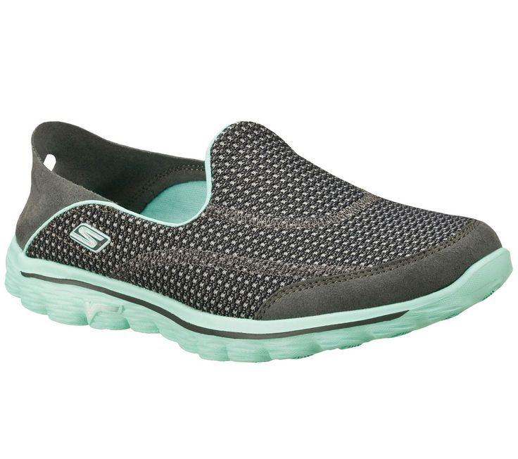 Da un paseo con el Skechers GOwalk 2 y prueba algo nuevo. Suave tejido de malla en forma de cómoda zapatilla. Con refuerzo en talón convertible y plegable evitar su desgaste.
