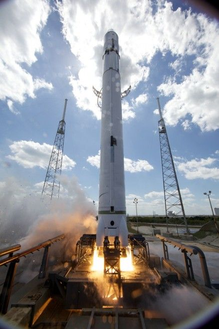 SpaceX Falcon 9 v1.1 rocket Dragon spacecraft photo credit Chris Thompson SpaceX posted on SpaceFlight Insider