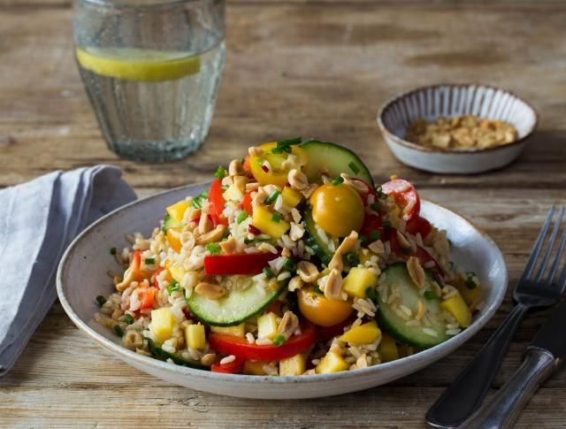 gebruikt worden als basis voor een zomerse salade. In deze salade meng je veel groenten met elkaar. De Oosterse dressing maak je van limoen, gember, rode peper en sojasaus.