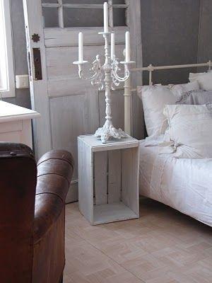 wooden crate/box. caja de madera. storage. almacenaje. decoration. decoración. bedroom. dormitorio. vintage. white . table. mesa. blanca