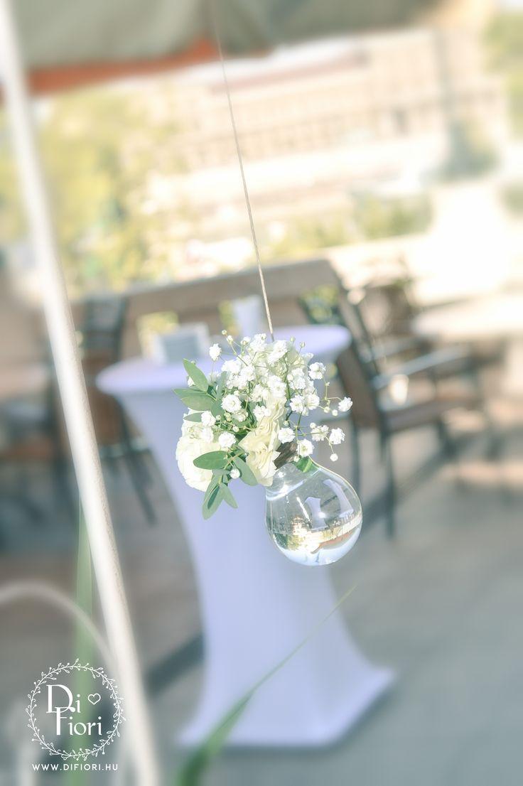 Vintage esküvő: kültéri virágdekoráció
