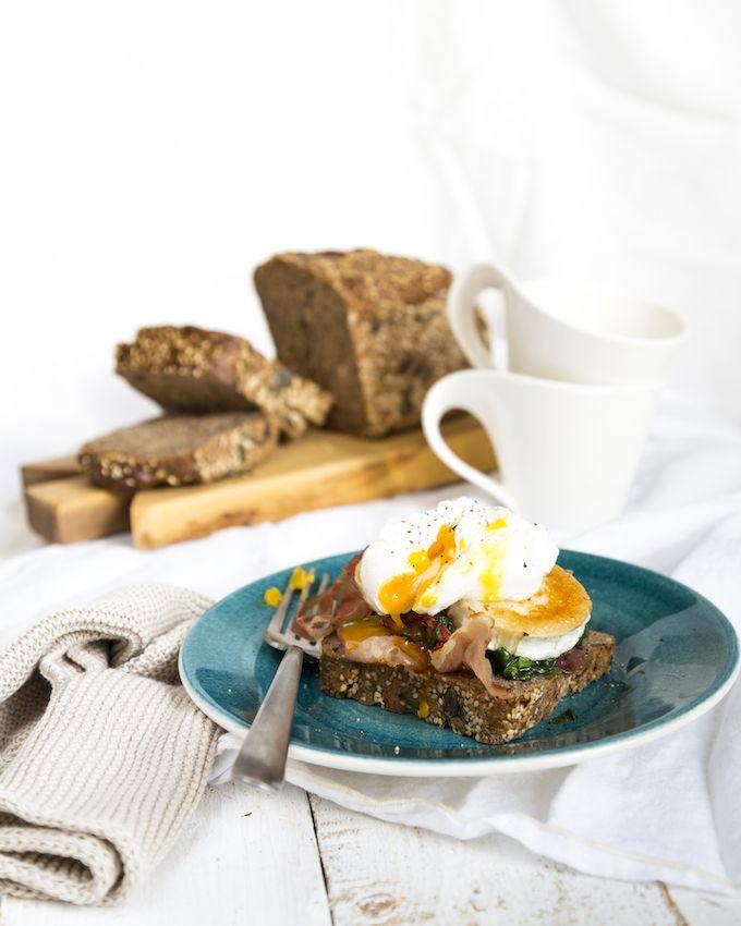 Poached egg & goat cheese sandwich. http://www.jotainmaukasta.fi/2016/04/03/vuohenjuusto-uppomuna-aamiaisleipa/