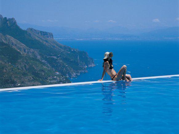Schwimmen zwischen Himmel und Meer: Der Infinity-Pool im Belmond Hotel Caruso in Ravello an der italienischen Amalfiküste gehört zu den schönsten Hotelpools der Welt...