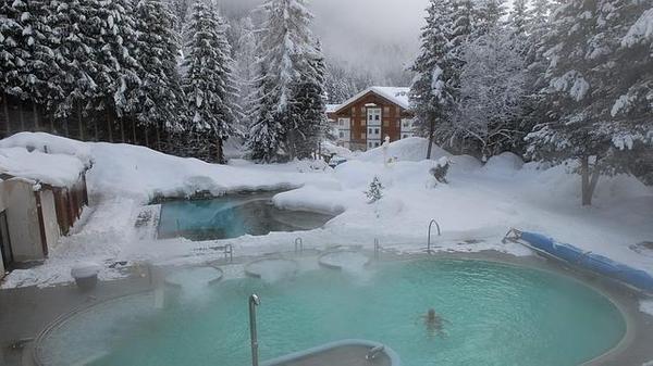 ¿Un baño en medio de los Alpes suizos? Aquí es posible: balneario Leukerbad