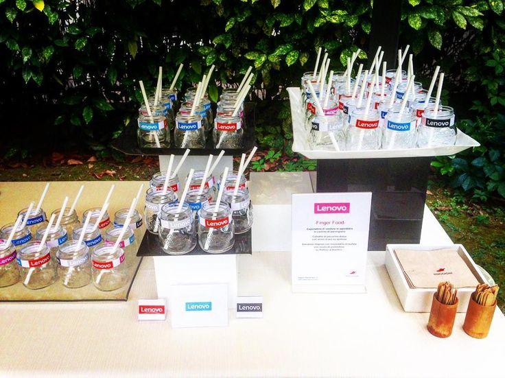 Questa è di quando ieri sera le nostre schiere di barattolini da cocktail erano pronti per rinfrescare gli ospiti dell'evento Lenovo. #cocktail #barattolini #lenovo #catering #branding #maggionicatering