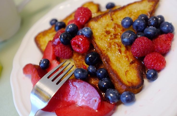 French toast with berries. Recipe: http://wonderdump.com/french-toast-with-berries/