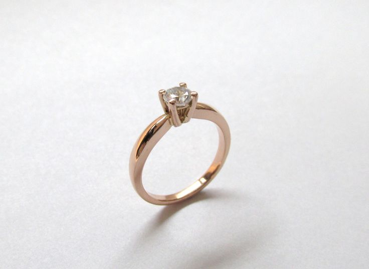 """Romántico y elegante anillo de compromiso  en oro rosado de 18k para decir """"SI"""" R685 Joyas Marcel  Durán Joyeros, Bogotá. #hechoamano #joyeria #hermosasjoyas #Colombia #duranjoyerosbogota #compracolombiano #solitarios #anillodecompromiso #amoryamistad #septiembre #compracolombiano #colombia #gold #handmade #jewelry #anillosdecompromiso #novias #matrimonio #esposos  #boda #novio #wedding #husbands #felicidad #piedraspreciosas #diamante #piedrassemipreciosas #zircon"""