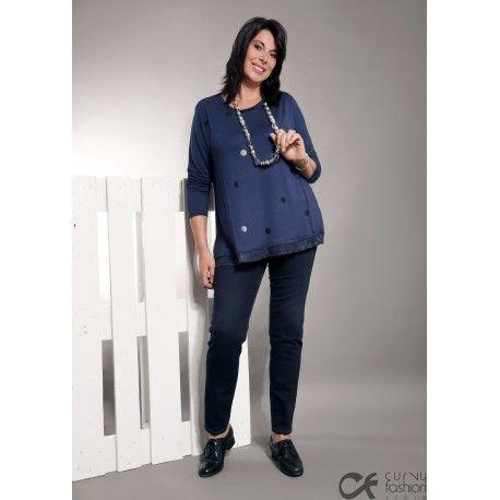 Pantalone elasticizzato in jeans blu scuro con elastico in vita. Aderenti sulla gamba e buona vestibilità su vita e fianchi. Pantaloni comodi e pratici per la vita di tutti i giorni abbinabili a maxi maglie e maglioni.