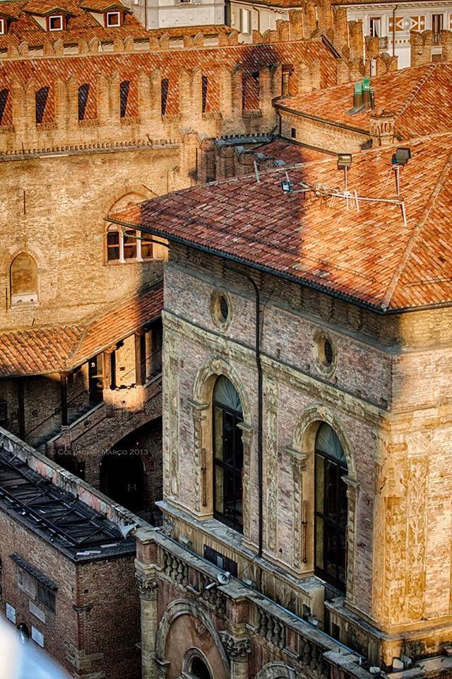 Bologna, Ombra della Torre dell'Orologio, su Palazzo Re Enzo!, foto di Marco Colombari