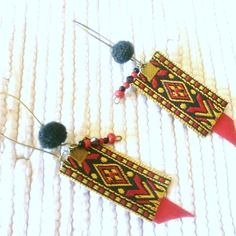 Boucles d'oreilles dormeuses hippie ethnique chic rouges en perles, en pompons, en tissu indien et satin
