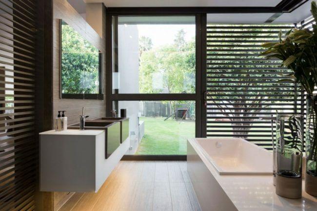 Badezimmer Design Wandschrank Einbaubecken Holz Jalousien Glas Fronten
