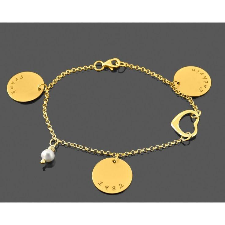 Ein wunderschönes Designer Armband komplett aus 925 Sterling Silber mit 3 Namensanhängern, einem Herz und einer Süßwasserperle. Durch die individuelle Gravur wird dieses stilvolle Armband ist eine wundervolle Geschenkidee zum Jahrestag, Valentinstag, Muttertag, zur Hochzeit oder als Geschenk zur Geburt. Das komplette Schmuckstück wird in Juwelierqualität hochwertig vergoldet.
