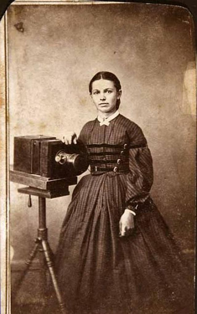 Pioneering Female Photographers – Interesting Portraits of Victorian Women Behind Their Cameras
