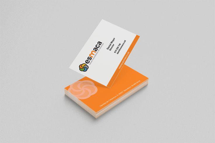 Enfocamos las tarjetas de Esmaca de la siguiente manera: con una fuerte presencia de la marca y el logo, sencillez en estado puro y conservando siempre la armonía general en la que se basan.