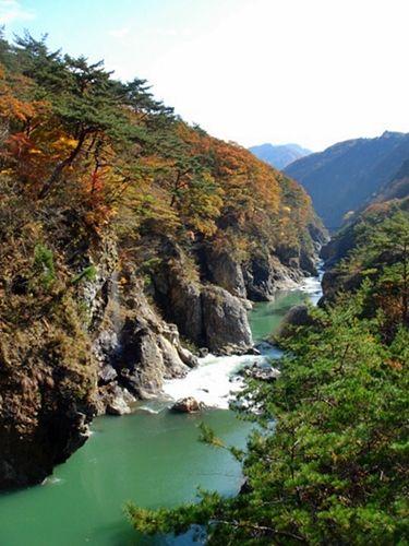 鬼怒川の渓谷と紅葉が楽しめる龍王峡。例年紅葉の見頃は10月下旬〜11月中旬