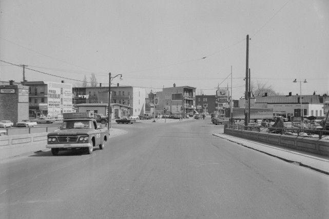 Le pont Drouin en 1964.  Coin 5è Rue et Première Avenue.  Le Théâtre Rialto à la droite.