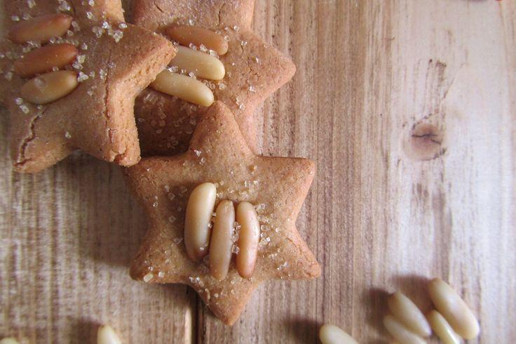 I biscotti con farina di castagne e pinoli sono dei dolcetti molto particolari ma semplici al tempo stesso, ideali per sbizzarrirsi con le forme e le decorazioni. Ecco la ricetta