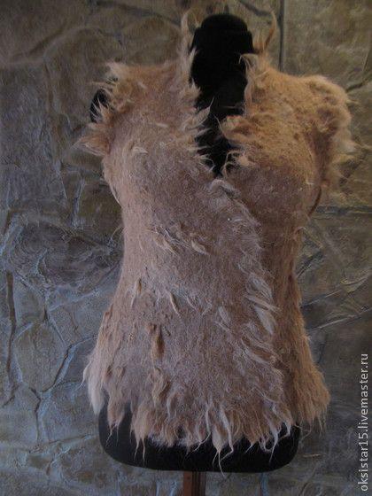 Валяный жилет из флиса альпаки `Sweetie`. Жилет с двухсторонним запахом выполнен из флиса альпаки приятного теплого оттенка 'молочного ириса'. Мягкий и комфортный, теплый и легкий с интересной фактурой, дополнит и украсит любой наряд на каждый день.