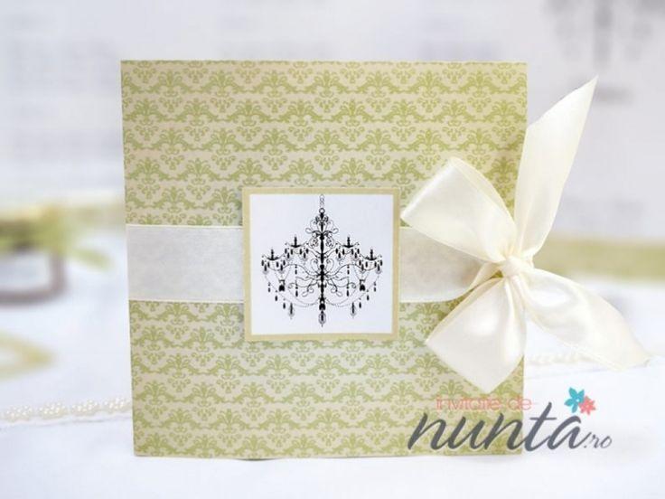Invitatie de nunta eleganta, din carton sidefat, cu model floral verde si candelabre. Invitatia se prinde cu o fundita din satin de culoare crem, avand pe coperta un chenar in care este ilustrat un candelabru. In interior textul este tiparit in chenare albe, cu candelabre ilustrate pe ambele parti.  Dimensiuni: 13 x 13 cm  Invitatia nu are si nu necesita plic.   *Invitatia poate fi personalizata in functie de tematica sau cromatica nuntii.