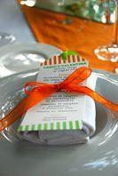 righe verdi e arancio per un matrimonio colorato con menu a segnalibro