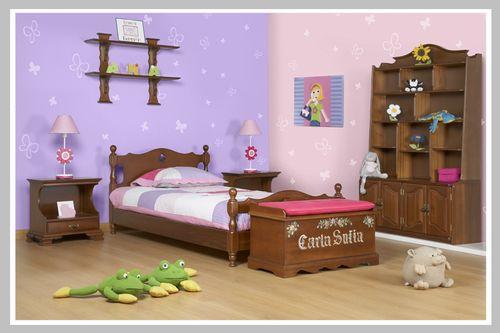 AMBIENTE NIÑA CARLA SOFIA El sueño de habitación para las niñas que les encantan las mariposas y los colores rosados y morados. Su diseño clásico con en madera oscura transportan a su pequeña a un mundo de infancia y tradición. La cama, mesa de noche, escritorio y silla son una herencia de nuestro portafolio. Dado que puede escoger el color que desee su hijo, este espacio se perfecto para niño o niña.