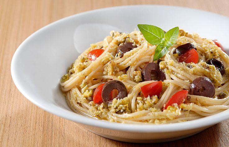Receita rápida de massa: espaguete com pesto e azeitonas // Receita completa em casaecozinha.com :-)