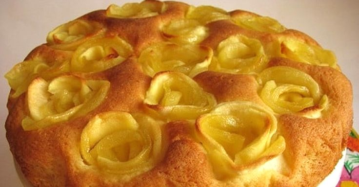 """Toți amatorii de dulciuri adoră prăjitura """"Sharlotka"""". Acest chec cu mere este delicios, simplu de preparat și practic nu prezintă dezavantaje, cu excepția aspectului său. Vă prezentăm hitul anului 2017— rețeta noii prăjituri """"Sharlotka"""", care va decora orice masă rafinată. INGREDIENTE: Pentru aluat: -300 g de făină; -200 g de zahăr; -150 g de unt; -3 ouă; -½ linguriță de praf de copt; -un praf de sare; -coaja unei lămâi; -4-5 mere mari; -zahăr pudră— pentru decor; -o tavă de copt cu…"""