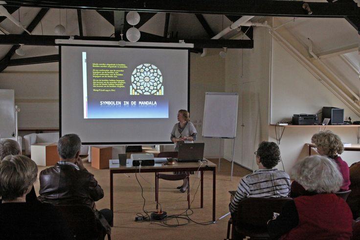 De presentatie gaat over symbolen in de mandala.