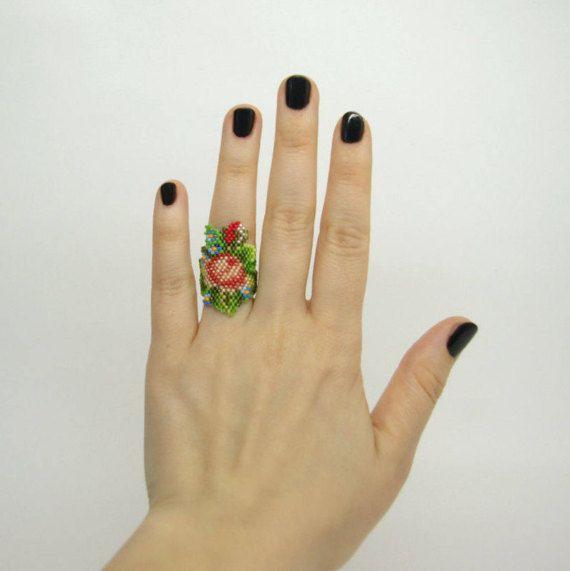 Anillo de flor con cuentas la mano. Anillo de la declaración.