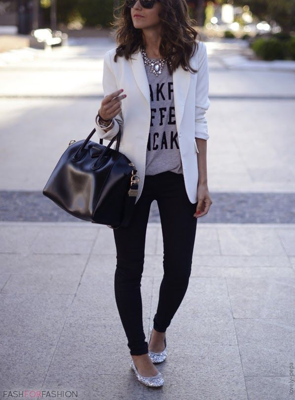 calça rasgada, camiseta, blazer branco