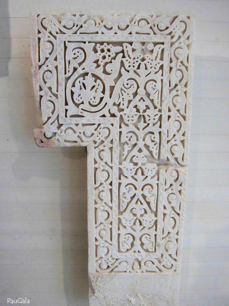 Pilastra. Mármol blanco y talla a cincel. 956-961 dc. Madinat al-Zahra. Medina Azahara. Córdoba